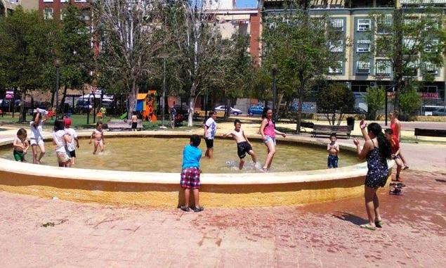 Niños refrescándose en Severo Ochoa