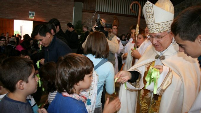 Obispo y niños