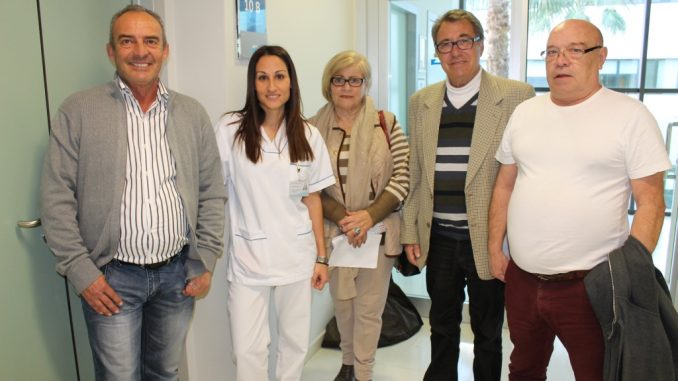 Pacientes del Hospital Universitario de Torrevieja junto a su logopeda