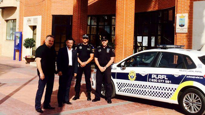 Fernando Lasheras y policía local