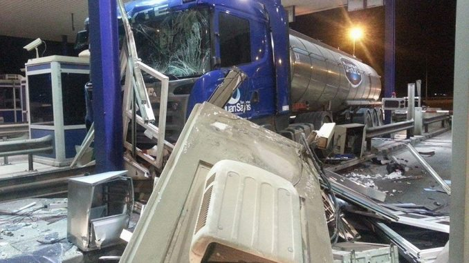 camion peaje impacto