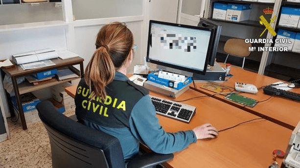 guardia civil at computer