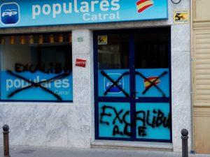 Pintadas en la sede del PP de Catral sustituyen las siglas del partido por 'Excalibur'