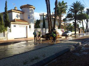 Los servicios municipales trabajan en restablecer la normalidad tras las fuertes lluvias en Orihuela Costa
