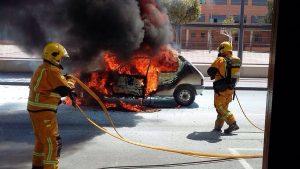 Arde un vehículo en Catral frente al colegio público Azorín