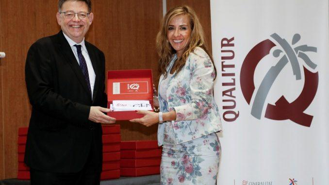 Sofía Álvarez y Ximo Puig banderas
