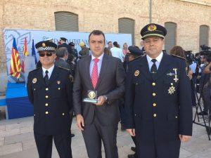 Policías con distintivos por su labor