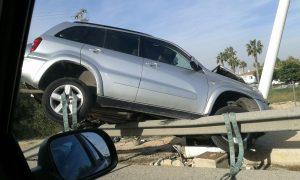 Un conductor pierde el control de su vehículo y se estampa contra una farola en la CV-95