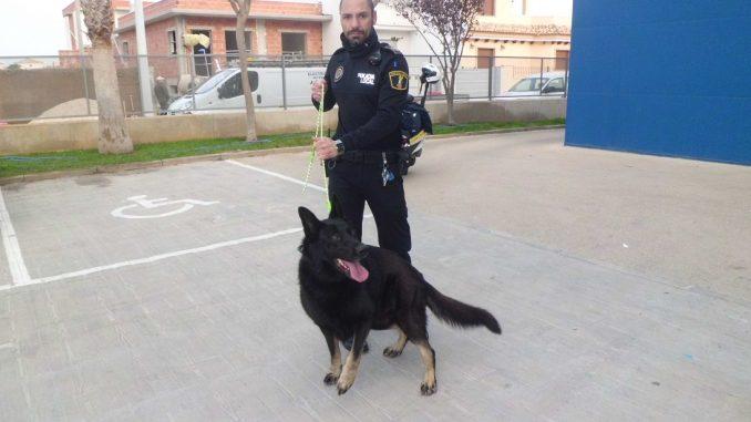 perro y agente pilarhoradada1
