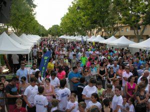 Vecinos y visitantes disfrutan de la I Feria de Asociaciones y Comercios