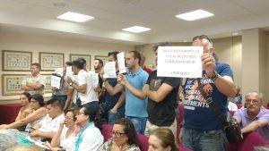 Agentes de la Policía Local protestan en el Pleno por la subida de sueldo a dos funcionarias
