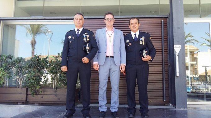 El alcalde y los dos policías