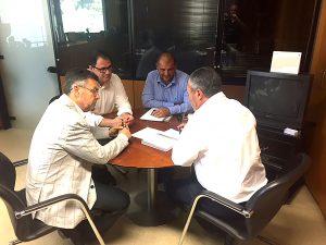 El alcalde de Rafal busca apoyos para renovar el césped artificial del campo de fútbol municipal
