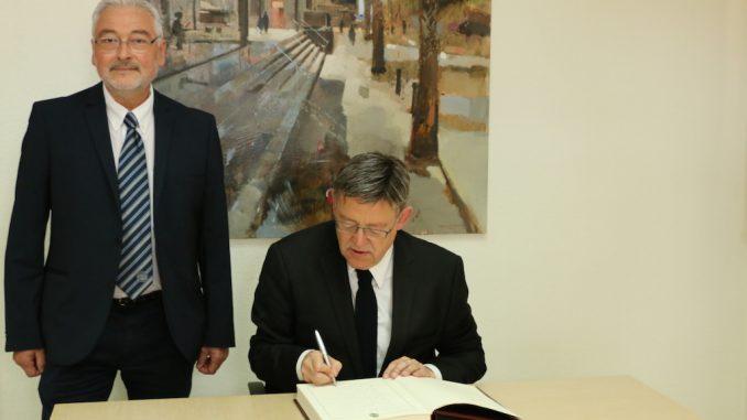 Ximo Puig firma libro torrevieja