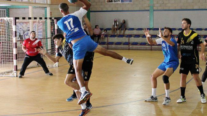 Joaquín López supera la defensa Petrerí para ejecutar un lanzamiento
