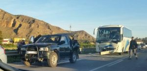 Tres heridos leves en un accidente entre un autobús escolar y dos coches en Orihuela