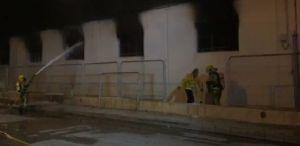 Un incendio calcina una nave en el polígono industrial de Cox