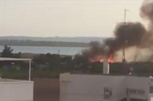 Un incendio en un huerto de palmeras provoca una columna de humo visible a varios kilómetros de distancia