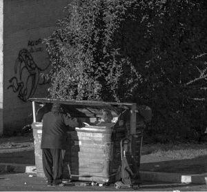 Orihuela prevé multar con hasta 750 euros a indigentes por rebuscar en la basura