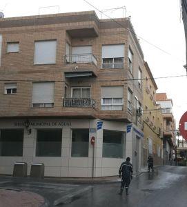 Vecinos de San Miguel reprueban que la adjudicataria del agua limpie a manguerazos la fachada de su oficina