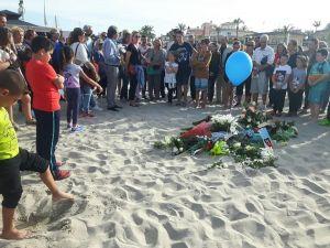 Vecinos y familiares rinden homenaje al pequeño de 9 años fallecido en la playa de La Zenia