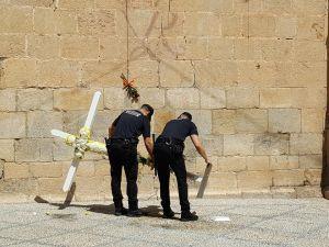 Un juez retira las multas impuestas a la Plataforma en Defensa de la Cruz por depositar una cruz de flores en la plaza de la iglesia