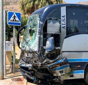 Un muerto y tres heridos leves en un accidente de tráfico entre un autobús y una furgoneta