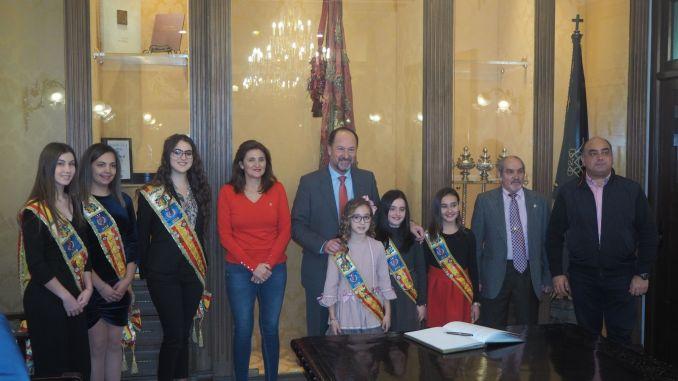 El Ayuntamiento de Orihuela recibe a las Reinas y Damas de Honor ... 2a0d394dc8a6