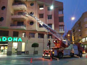 Los bomberos actúan en Orihuela para sofocar el humo provocado por un horno