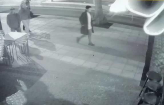 Una cámara de seguridad capturó la imagen del joven en la noche del 1 de enero