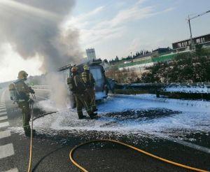 El incendio de una furgoneta en la AP-7 obliga a cortar un carril a la altura de Algorfa