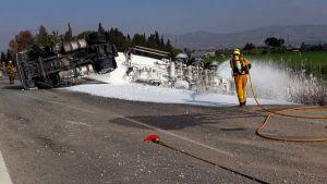 Un camión de gasoil vuelca en la AP-7 en Catral y mantiene la vía cortada durante diez horas