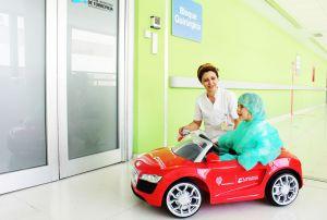 Los niños del Hospital de Torrevieja irán al quirófano en coche teledirigido