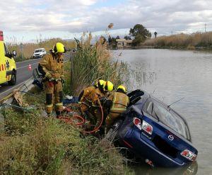 Rescatan a una conductora tras caer con su coche a una balsa de riego en la carretera de San Fulgencio