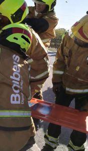 El choque entre una furgoneta y un camión deja un conductor atrapado en Los Montesinos