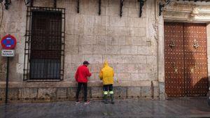 La fachada del Ayuntamiento de Orihuela amanece con pintadas