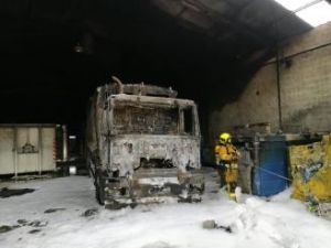 Un incendio calcina un camión de basura y cinco contenedores en Los Montesinos