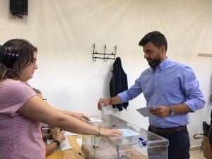 """José Aix vota en Desamparados: """"Nuestra apuesta es ganar y estamos confiados en hacerlo esta noche"""""""