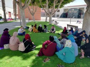 Mujeres migrantes participan en un ciclo de charlas para conocer los recursos formativos y laborales de la Vega Baja