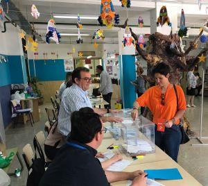 La candidata de Ciudadanos en Almoradí, Almudena Albentosa, vota con ilusión por el proyecto que encabeza