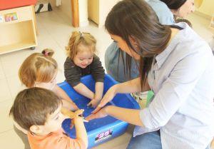 Enfermeras acercan la importancia de la higiene de manos a los niños de Guardamar del Segura
