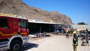 Un incendio calcina 500 m2 en el exterior de un almacén del polígono industrial de Redován