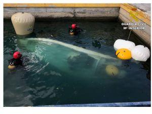 La Guardia Civil recupera la embarcación que se hundió en Cala Capitán y en la que falleció una persona