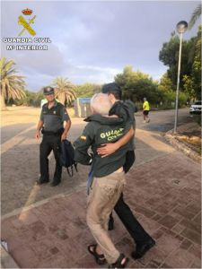 La Guardia Civil rescata a un hombre de 86 años de un acantilado de Orihuela Costa
