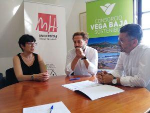El Consorcio Vega Baja Sostenible entrega la beca para cursar el máster de gestión de residuos de la UMH