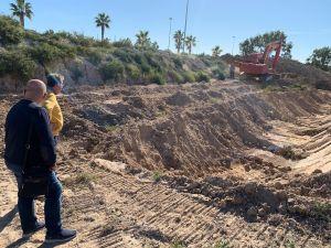 El Ayuntamiento inicia los trabajos de urgencia del dragado de la desembocadura cuyo aterramiento ha paralizado las actividades pesqueras y deportivas