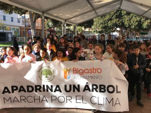Unos 200 escolares de  Bigastro celebran con una marcha el Día del Árbol