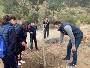 Escolares de Orihuela participan en una reforestación en el Mirador del Monte San Miguel con motivo del Día del Árbol