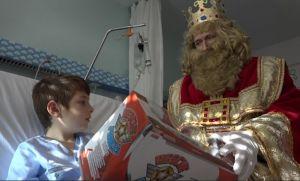 Los Reyes Magos reparten sus primeros regalos en el Hospital Vega Baja