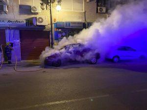 Un coche se incendia en la Avenida Duque de Tamames